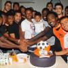 بالصور: إحتفالية السوبر في تدريبات الشباب والجماهير تصور مع الكأس