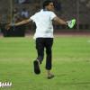 بالصور: مشجع هلالي يقتحم ملعب مباراة الاتحاد والنصر