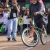 مسن يشعل سباق الدراجات في رالي حائل
