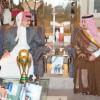 بالصور | الوليد بن طلال يستقبل لاعبي الأهلي ويكافئهم على تحقيق كأس ولي العهد