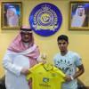 بالصور | رئيس النصر يوقع مع الشمري والعمراني يكافئ اللاعبين بعد الفوز على الفيصلي