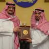الأمير فيصل بن تركي يسلم الثواب درع عضوية هيئة اعضاء الشرف