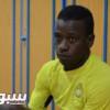 لاعب التعاون يقدم مكافآت الفوز لشباب الوحدة