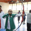منسوبي الأولمبية يمارسون السهام في معهد إعداد القادة بالرياض