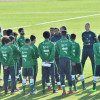 """المدير الفني يجتمع مع لاعبي """"الأخضر"""" بحضور نائب رئيس الاتحاد السعودي نواف التمياط"""