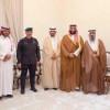سمو ولي العهد يستقبل أبناء الشيخ بن عثيمين