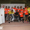 لاعبو الشباب يتبرعون بكرسي متحرك لأحد المعاقين