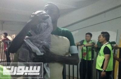 عيد يعانق أحد اللاعبين بعد الفوز