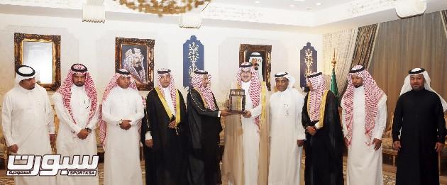 الأمير نواف خلال استقباله لإدارة الجيل مؤخرا