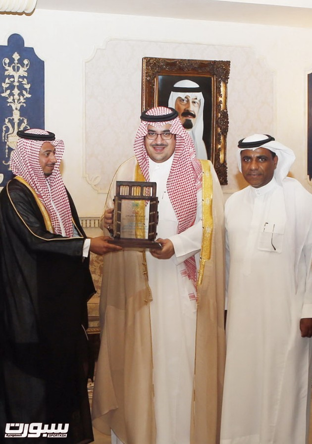 الأمير نواف يستلم درع تذكاري من رئيس الجيل