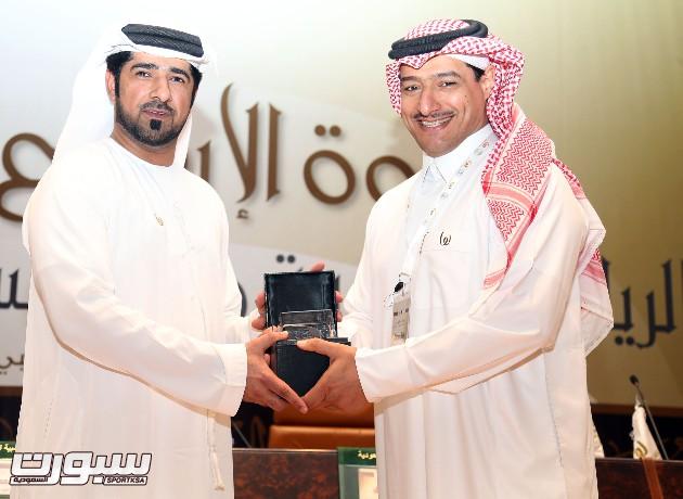 الأمين العام للجنة الأولمبية العربية السعودية محمد  المسحل يسلم درعا  تذكاريا للمدير التنفيذي للجائزة عبداله الحمادي