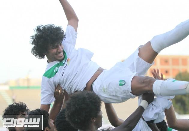 لاعبو الاهلي يحتفون بمسجل الهدف الوحيد محمد الحارثي