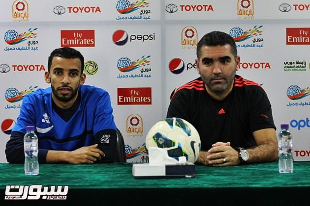 التونسي جلال قادري وبجانبه اللاعب عماد الدوسري خِلال المؤتمر