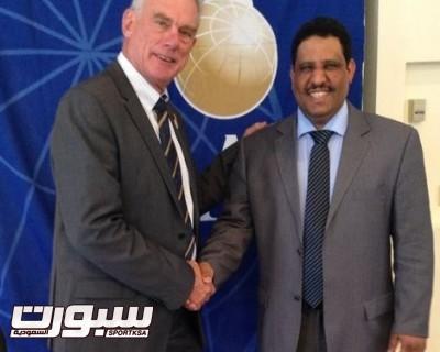 السيد جراهام وندسور رئيس لجنة المظلات وبجوارة مبارك السويلم نائبا للرئيس