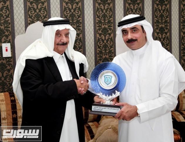 الشهيل يقدم درع النادي لناصرالعديلي