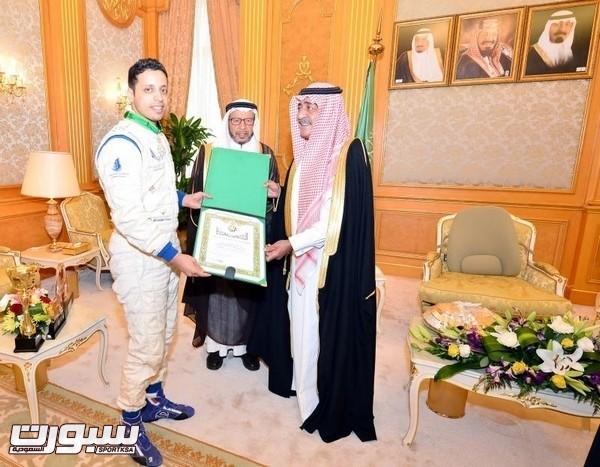 النائب الثاني يقلد بطل رالي الدراجات النارية وسامَ الملك عبدالعزيز