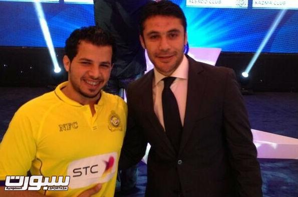مدرب النصر بجانب لاعب منتخب مصر احمد حسن على هامش القرعة