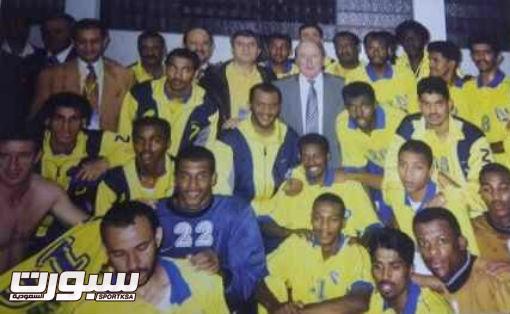 صورة ارشيفية لبلاتر مع نجوم النصر في مونديال 2000