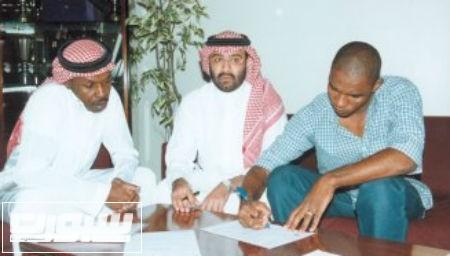 ابراهيم البلوي بجوار رضا تكر اثناء توقيعه للاتحاد