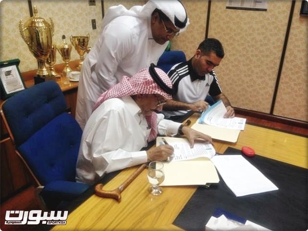 جلال قادري يوقع العقد بجانب رئيس النادي