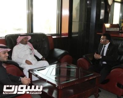 رئيس النادي في بهو الفندق مع ممثل السفارة