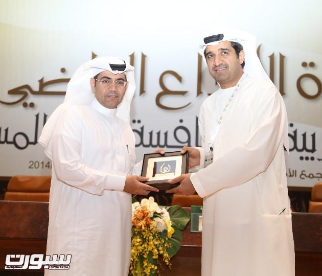 رجالله السلمي يتسلم هدية من الدكتور احمد الشريف