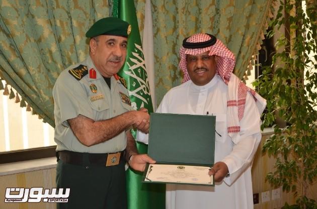 شهادة الشكر يسلمها الدكتور السويلم لمعالي قائد الحرس الملكي