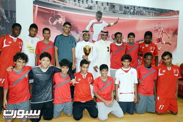 صورة تجمع رئيس نادي الوحدة حازم اللحياني مع نجوم براعم الوحدة لكرة القدم