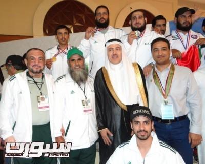 صورة جماعية للمنتخب السعودي مع سفير خاد الحرمين في جمهورية السودان الاستاذ فيصل حامد المعلااثناء التتويج