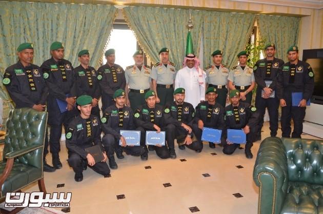 صورة جماعية مع قائد الحرس الملكي