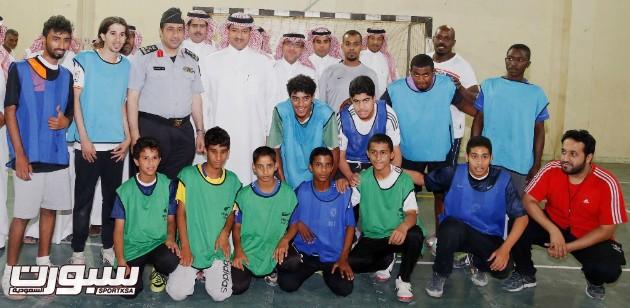 صورة جماعية مع لاعبي كرة القدم بمركز احد