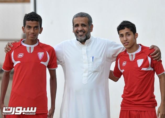 عائض القحطاني مع لاعبي  شباب النادي لكرة القدم نواف طليس وعلاء يماني