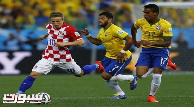 (L-R) Croatia's Luka Modric fights for the ball with Brazil's Hulk and Luiz Gustavo during the 2014 World Cup opening match between Brazil and Croatia at the Corinthians arena in Sao Paulo June 12, 2014. REUTERS/Ivan Alvarado (BRAZIL  - Tags: SOCCER SPORT WORLD CUP)