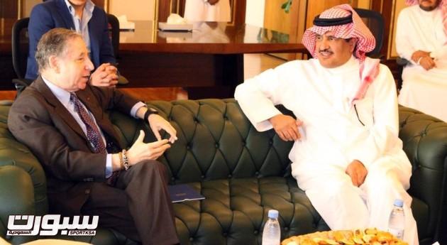 وكيل الرئيس العام لشئون الرياضه الاستاذ فيصل بن عبد العزيز النصار وبجوارة رئيس الاتحاد الدولي  للسيارات  جون تود