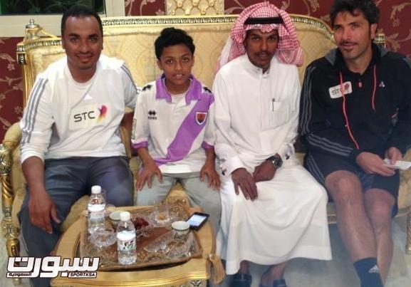 صورة اللاعب ووالده بجانب مسؤولي الشباب