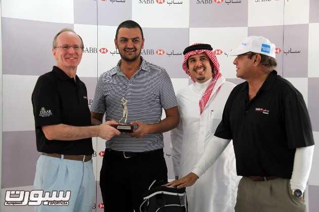 خالد بن سعود (الثاني من اليسار) يتسلم جائزته