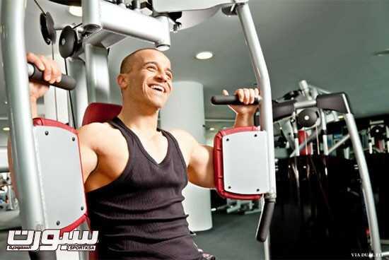 أمام هذا الجهاز الذى يعد هائلا لبناء عضلات الأذرع إلا أنه يضع عضلات الكتف فى موقف حرج، حيث يساعد كثرة استعماله على إضعافها