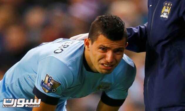 أجويرو يبكي بعد إصابة في ركبته
