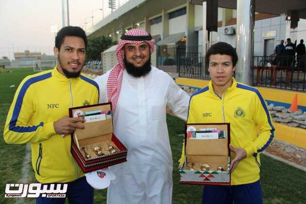 الأمير فيصل بن تركي يشيد بمكتب توعية الجاليات بالبطحاء وهدية رياضي لأجانب الفريق