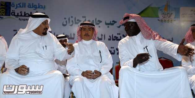 وكيل امارة جازان عبدالله السويد والدكتور عبدالله البقمي خلال منافسات البطولة