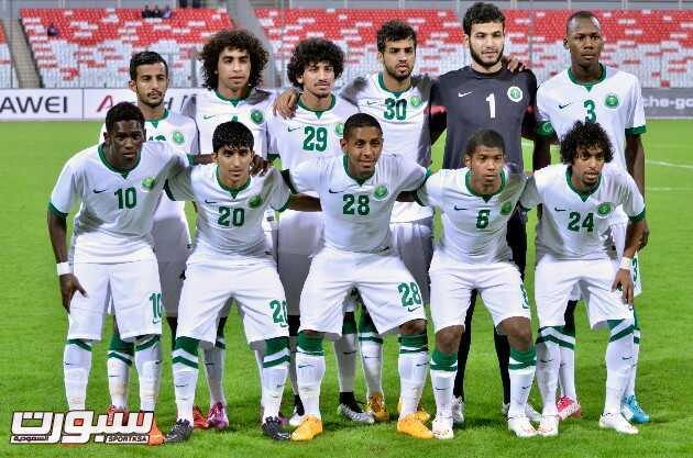 لاعبو المنتخب السعودي الأولمبي قبل مباراتهم أمس ضد البحرين - (تصوير مصطفى بوسعيد)