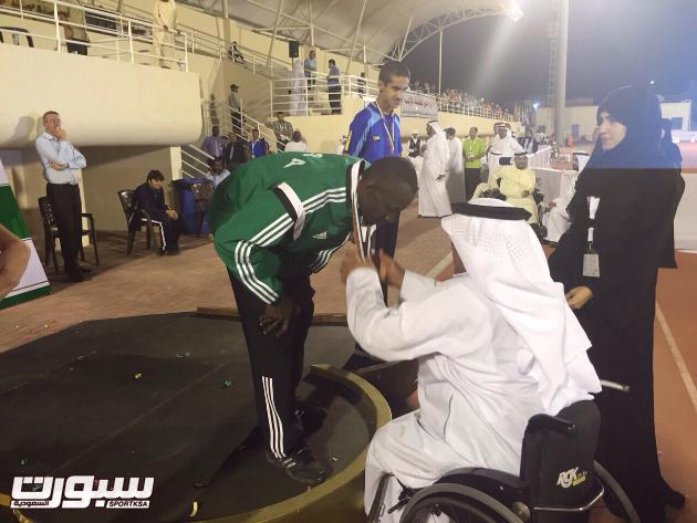 تتويج لاعب المنتخب السعودي بالميدالية الذهبية