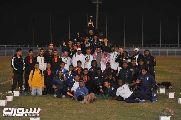 فريق الشباب متوجاً بكأس البطولة 1