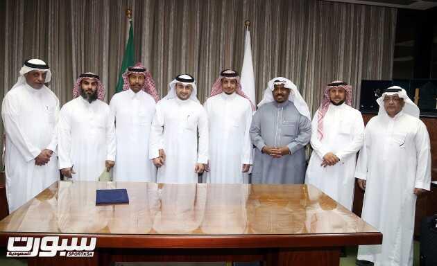 غدران والحقباني يتوسطون اعضاء مجلس الادارة عقب التوقيع