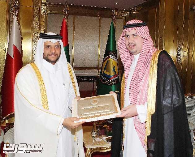 الأمير عبدالحكيم بن مساعد يسلم دعوة للشيخ سعود بن عبدالرحمن آل ثاني