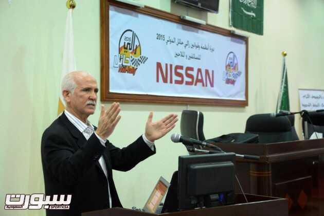 مدير الرالي أثناء تقديمه شرحاً للقوانين