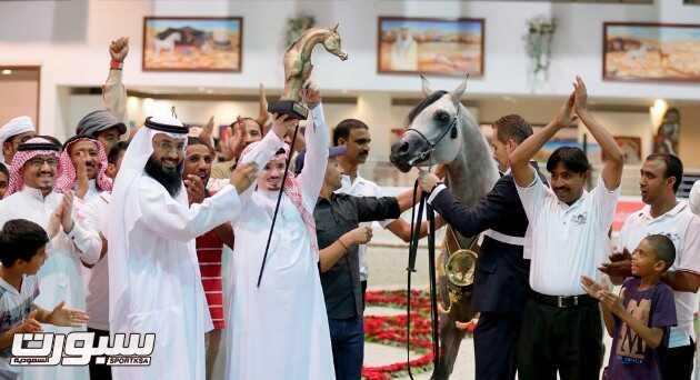 مطلق بن مشرف يرفع كأس الأفحل مع الحصان سلام من الصحراء
