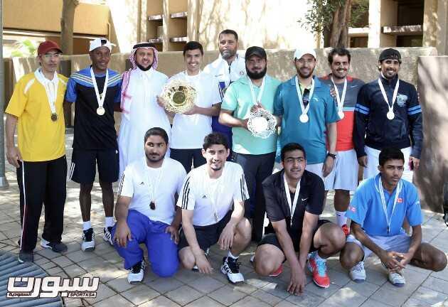 صورة جماعية لفريق الوشم والزيتون مع عضو الاتحاد السعودي للتنس عوض العقيلي