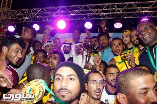صورة جماعية للفائزين بالقاب البطولة