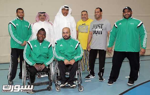 صورة جماعية لرئيس اللجنة البارالمبية مع لاعبي المنتخب في معسكرهم بالرياض